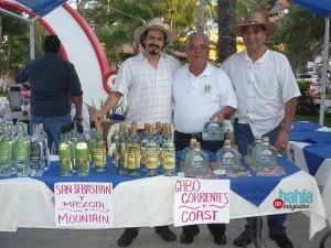 Esteban Morales y Antonio Mora, promotores de la raicilla, con don Tino Carvajal. Foto: Rodolfo Preciado.