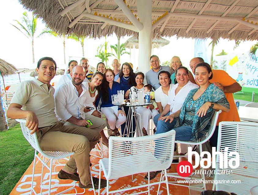 Compañeros y amigos. El staff de la OVC de Riviera Nayarit, no podía faltar a la fiesta de cumpleaños. (Foto: Rodolfo Preciado).