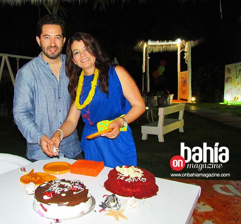 La cumpleañera con su esposo, Israel Díaz Pelayo.