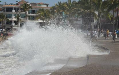 Por fuerte oleaje cierran playas en Puerto Vallarta