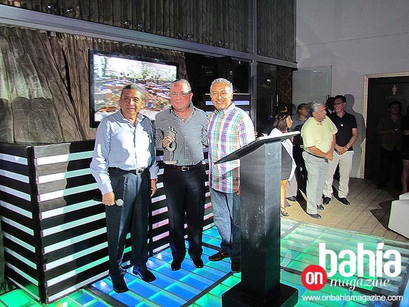 Alfonso Rizzuto, el tercer galardonado, no pudo acudir a recibir su presea, pero en su lugar fue recibida por el licenciado José Antonio Ayala Medina Mora; se la entrega Abel Santos, vicepresidente de la AMHYMBB.