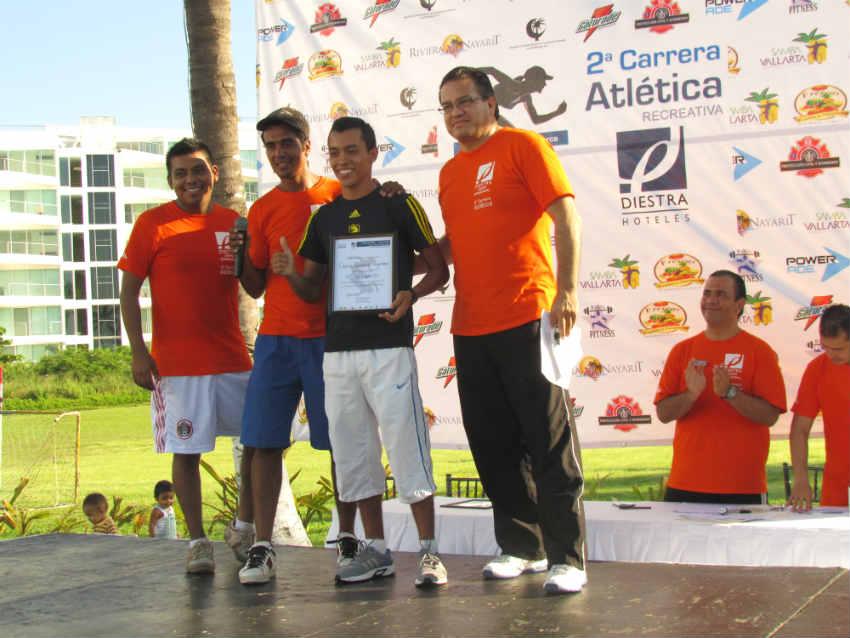 El primero en llegar a la meta, en la categoría Varonil Abierto, fue Carlos González Quintero, con un tiempo de 15:5 (Foto: Rodolfo Preciado).