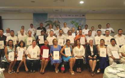Firman Código para protección de la niñez en el sector turístico
