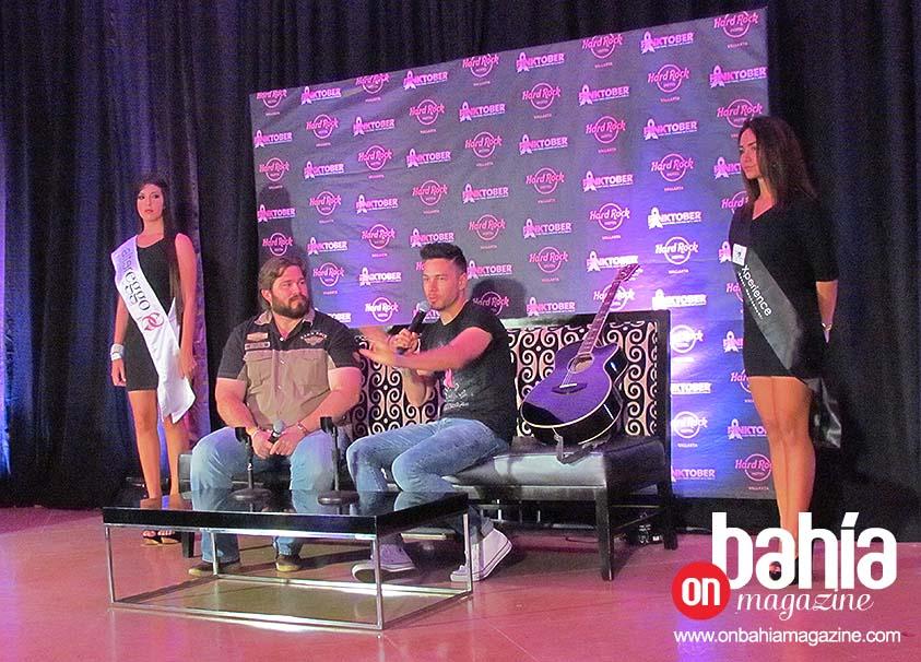 Manuel Rubio, director de Ventas de Hard Rock Hotel Vallarta con el cantante Juan Solo, en apoyo a la lucha contra el cáncer de mama, a través de Pinktober. (Foto: Rodolfo Preciado).