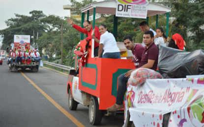 Gran euforia pre navideña en el Desfile de la Alegría del DIF Bahía