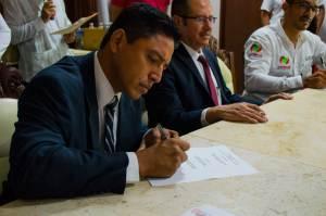 Firma el convenio el coordinador regional de Inglés para Todos, Rubén Ramírez Molina