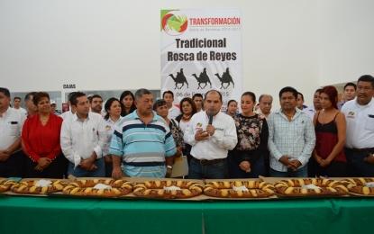 Celebra José Gómez el Día de Reyes con tradicional rosca