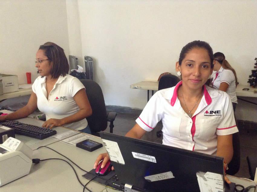 Selene Martínez Flores, responsable del módulo del INE (turno vespertino), ubicado en San José del Valle, Bahía de Banderas. (Foto: Norma A. Hernández).
