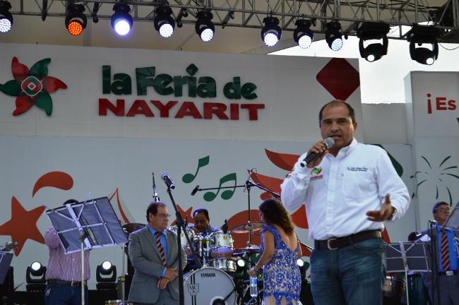 El primer edil acudió a la Feria Nayarit 2015 acompañado de su esposa y presidenta del DIF, Monserratt Peña de Gómez, e hijos.