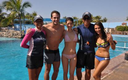 Conductores de TV Azteca visitan Dolphin Discovery