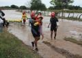 Rescatan a siete personas en zona de riesgo por las lluvias