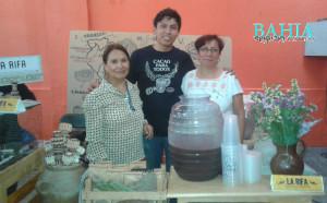 Daniel Reza Barrientos, organizador del evento en compañía de su mamá y su tía.