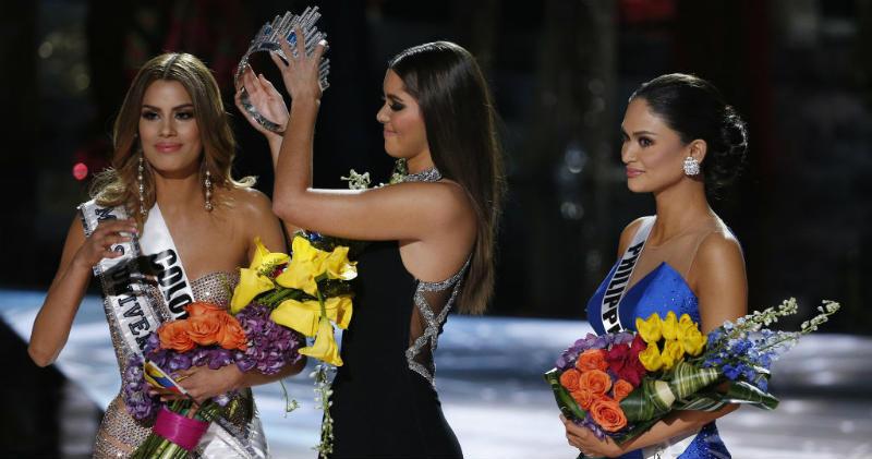 Paulina Vega (centro) le quita la corona de Miss Universe 2015 a Miss Colombia, Ariadna Gutiérrez para ponérsela a Pia Alonzo Wurtzback (der.) tras la rectificación del error de Steve Harvey. AP Photo/John Locher