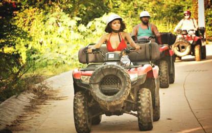 Kat Graham y Serguéi Brin de vacaciones en Riviera Nayarit