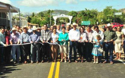 Inaugura Gobernador carretera en Compostela