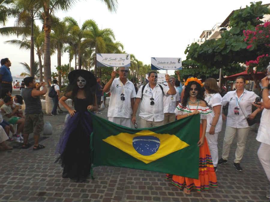 Disfrutan turistas y vallartenses espectacular fiesta de Día de Muertos