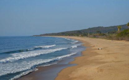 Ventana al mar y club turístico en playa Punta Raza